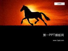 奔跑的野马PPT模板下载