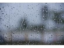 玻璃上的水滴PPT背景图片下载