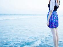 海边人物PPT背景图片