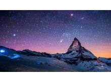 唯美宇宙星空下的山峰PPT背景图片