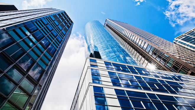蓝天白云下的现代化商务建筑PPT背景图片