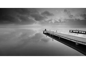 高清黑白码头PPT背景图片