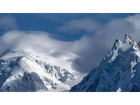 两张雪山PPT背景图片