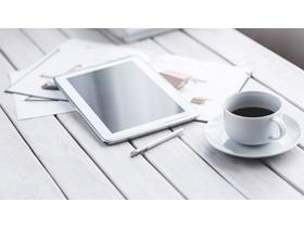 白色木板iPad咖啡杯PPT背景图片