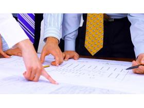 商务人物与建筑图纸PPT背景图片