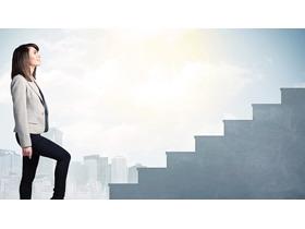 台阶前的职场女性PPT背景图片